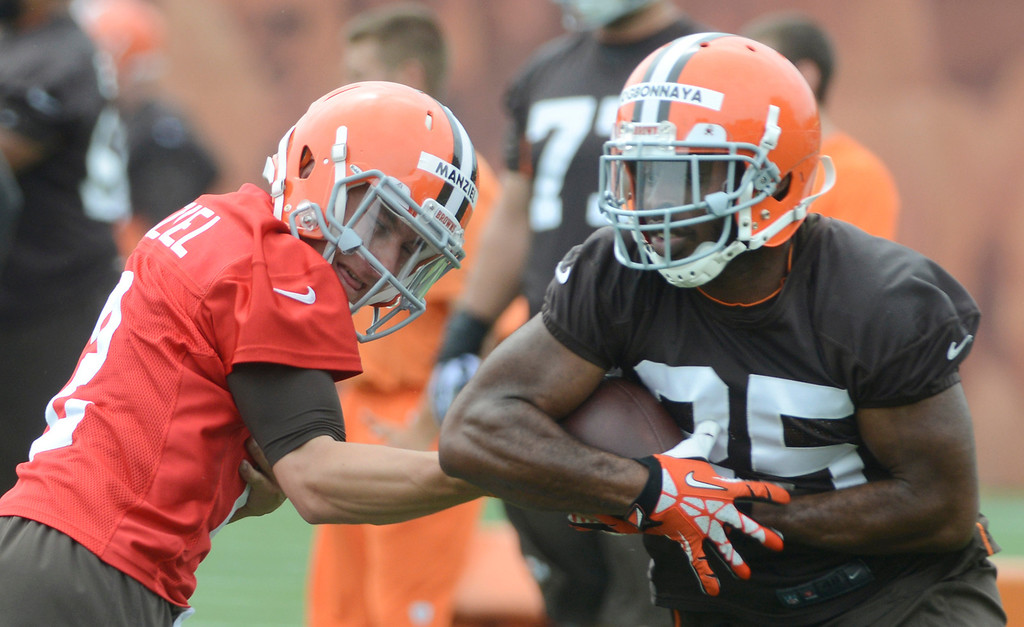 Description of . Maribeth Joeright/MJoeright@News-Herald.com <p> Browns quarterback Johnny Manziel hands off to Chris Ogbonnaya  during mini camp in Berea, June 10, 2014.