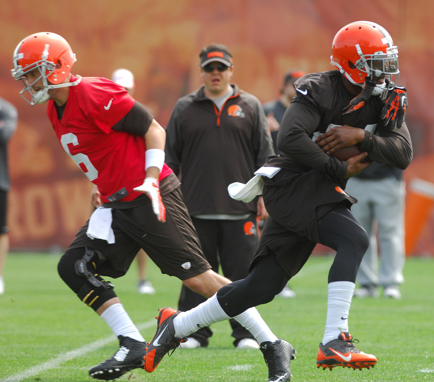 . Michael Allen Blair/Digital First Media Browns\' runningback Ben Tate takes a handoff from quarterback Brian Hoyer during organized team activities on May 21 in Berea.